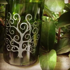 Vaso Árbol de la Vida. Para lograr el efecto del árbol le hemos disparado arenas a las botellas para que se incruste el diseño. Precio: $19.990